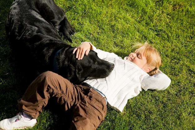 Menina, acariciar, cão Foto Premium