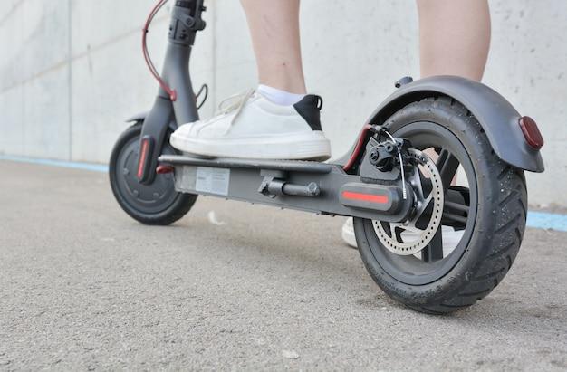 Menina adolescente, circulação, com, um, scooter elétrico Foto Premium