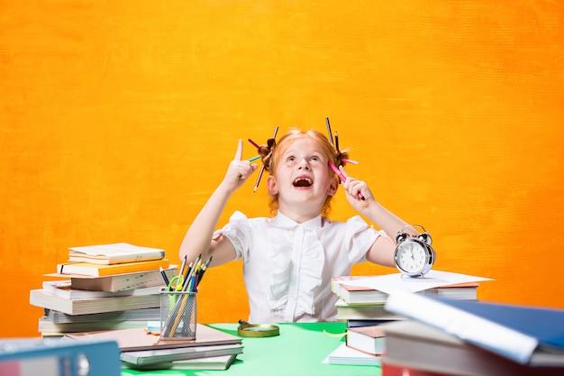 Menina adolescente com muitos livros Foto gratuita