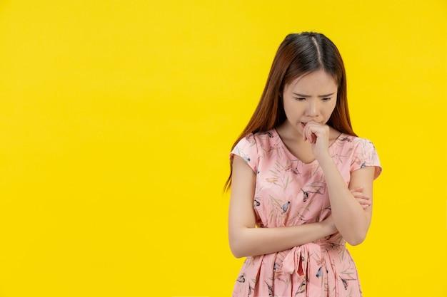Menina adolescente deprimida, mostrando tristeza e estresse Foto gratuita