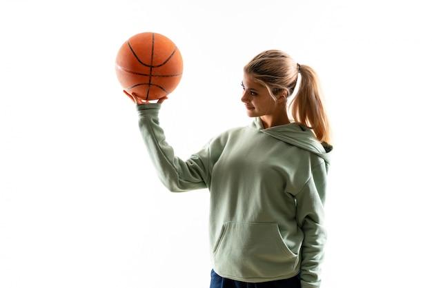 Menina adolescente jogando basquete sobre fundo branco isolado Foto Premium