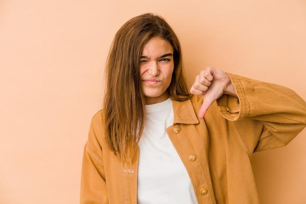 Menina adolescente magrinha mostrando o polegar para baixo, conceito de decepção Foto Premium