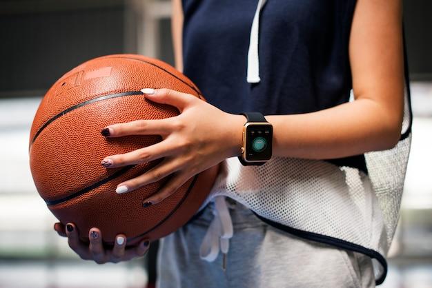 Menina adolescente, segurando, um, basquetebol, ligado, a, corte Foto Premium