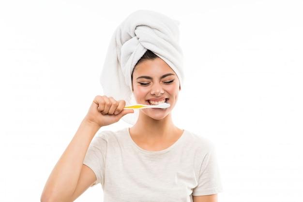 Menina adolescente sobre fundo branco isolado, escovando os dentes Foto Premium