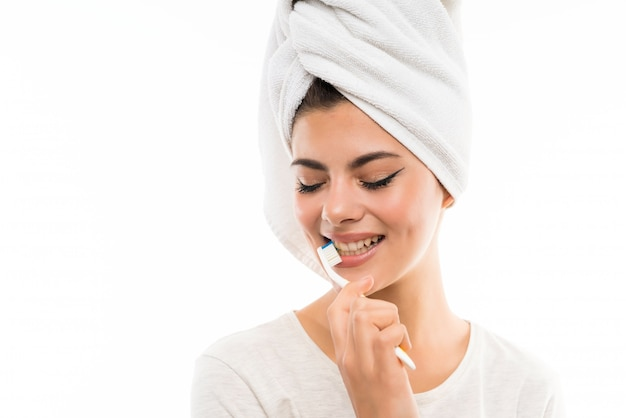 Menina adolescente, sobre, isolado, branca, escovar, dela, teeths Foto Premium