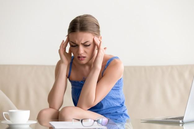 Menina adolescente, tendo, ataque pânico, sentir, tonto, dor de cabeça, massaging Foto gratuita