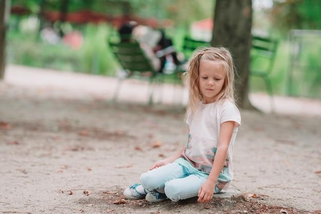 Menina adorável da forma ao ar livre nos jardins de tuileries, paris Foto Premium