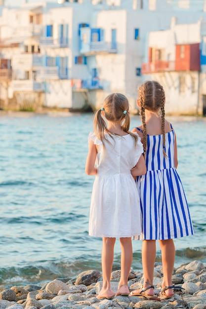 Menina adorável em pouca veneza a área de turista a mais popular na ilha de mykonos, grécia. Foto Premium