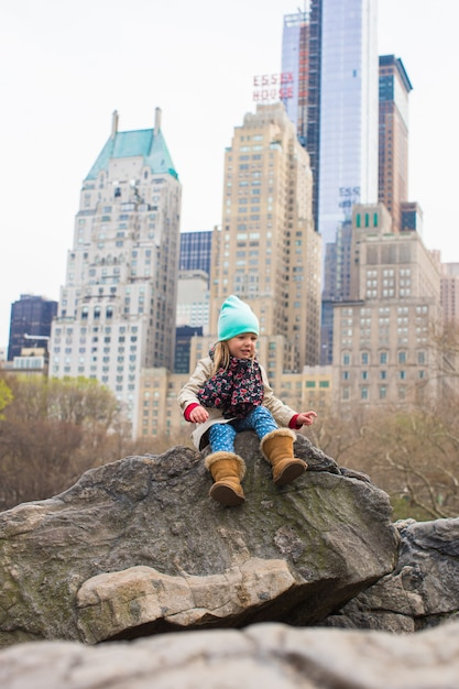 Menina adorável no central park em new york city, américa Foto Premium