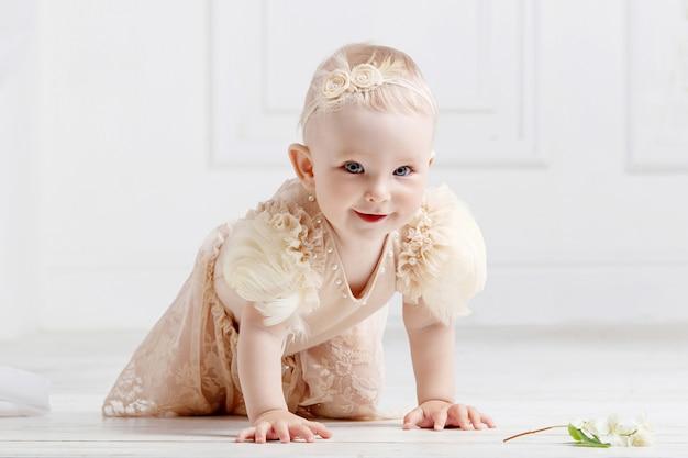 Menina adorável rasteja no chão Foto Premium