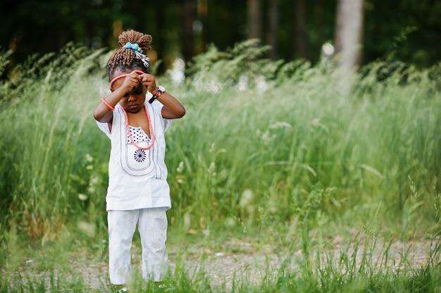 Menina africana andando no parque Foto Premium