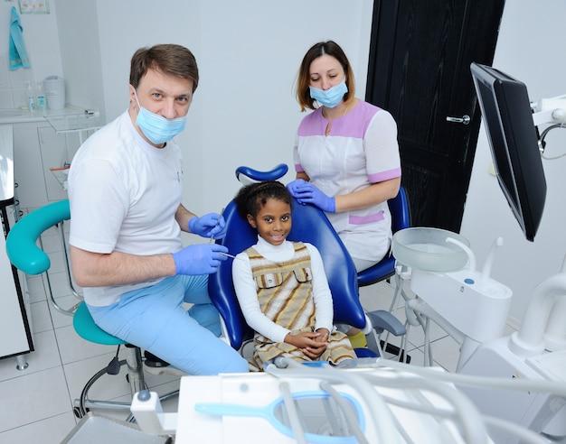 Menina africana com pele escura em odontologia Foto Premium