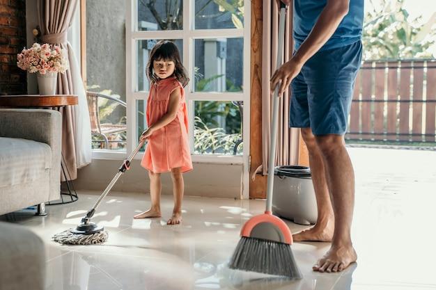 Menina ajuda o pai a fazer tarefas Foto Premium