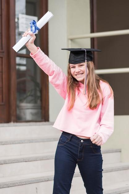 Menina alegre com diploma Foto gratuita