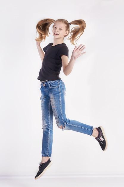Menina alegre com longas tranças posando salto Foto Premium