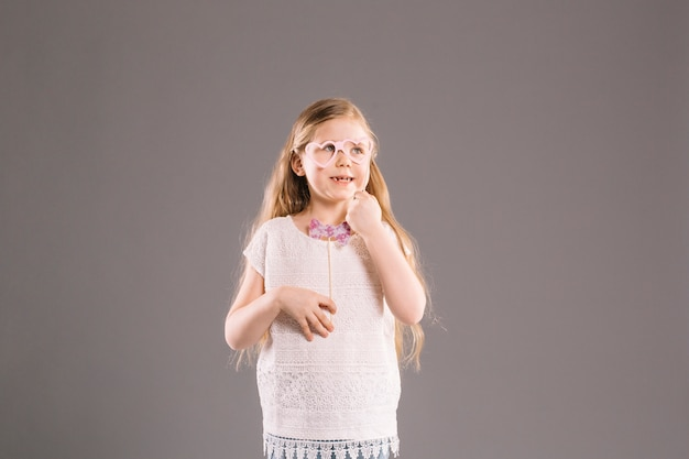 Menina alegre com óculos e gravata borboleta   Baixar fotos gratuitas bea89e44d3