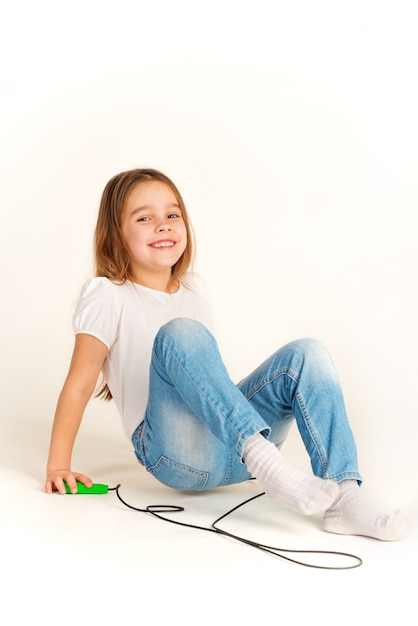 Menina alegre em roupas casuais joga Foto Premium