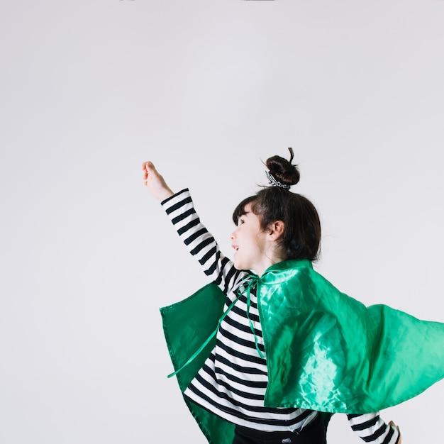 Menina alegre em traje de super-heróis Foto gratuita