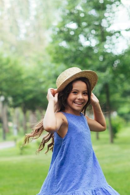 Menina alegre sorrindo na natureza Foto gratuita