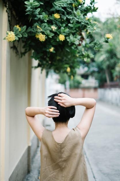 Menina anda na árvore Foto gratuita