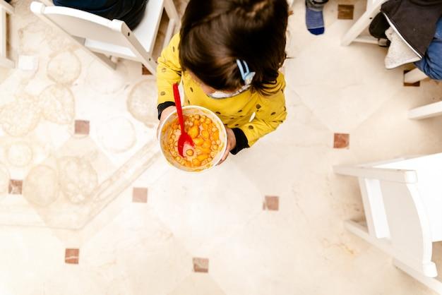 Menina, andar, com, um, tigela, guisado, em, a, jantando quarto, de, dela, escola maternidade Foto Premium