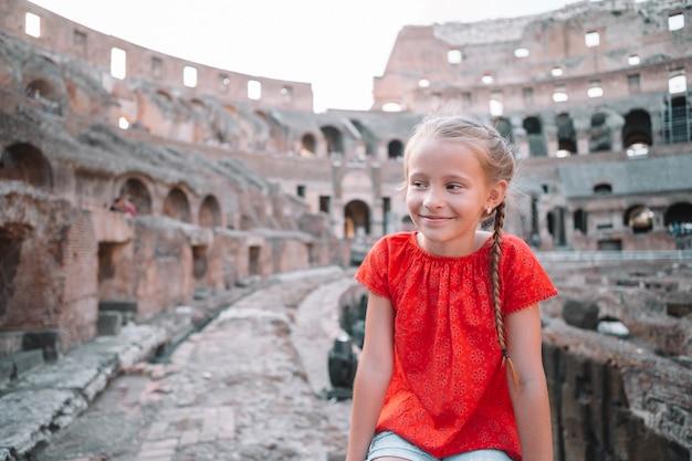 Menina ao ar livre no coliseu, roma, itália, Foto Premium