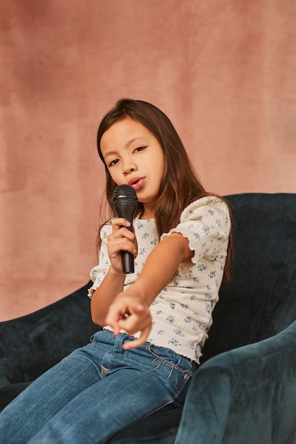 Menina aprendendo a cantar em casa Foto gratuita