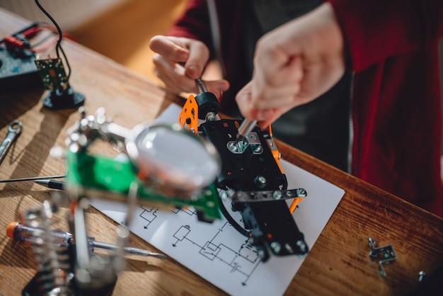 Menina aprendendo robótica Foto Premium