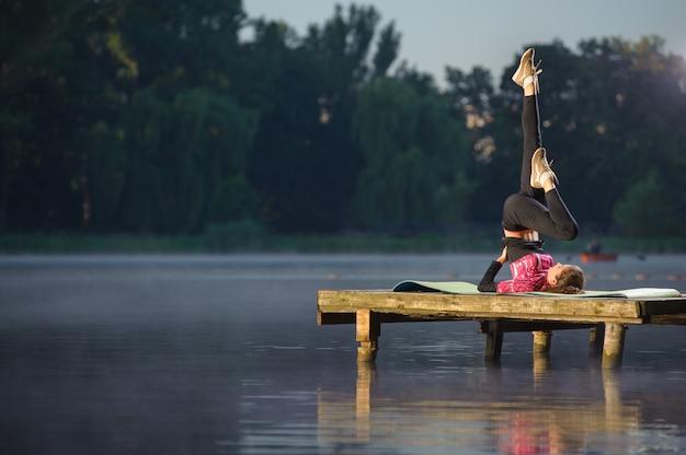 Menina apta a fazer exercícios no rio Foto Premium