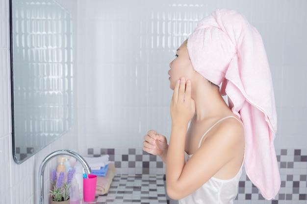 Menina asiática aperta a acne. Foto gratuita