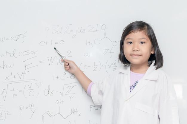 Menina asiática cientista apontando no quadro branco Foto Premium
