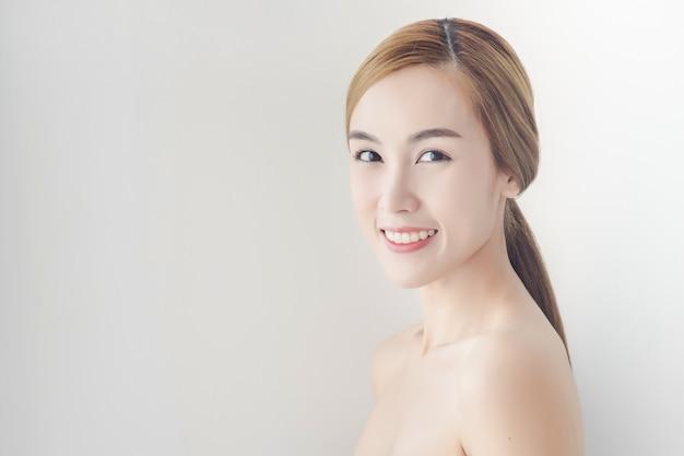 Menina asiática com maquiagem nude e ombros nus posando Foto Premium