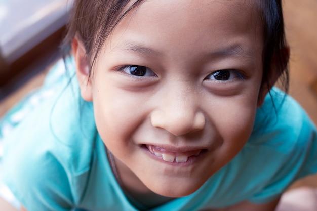Menina asiática feliz criança sorrindo e rindo Foto Premium