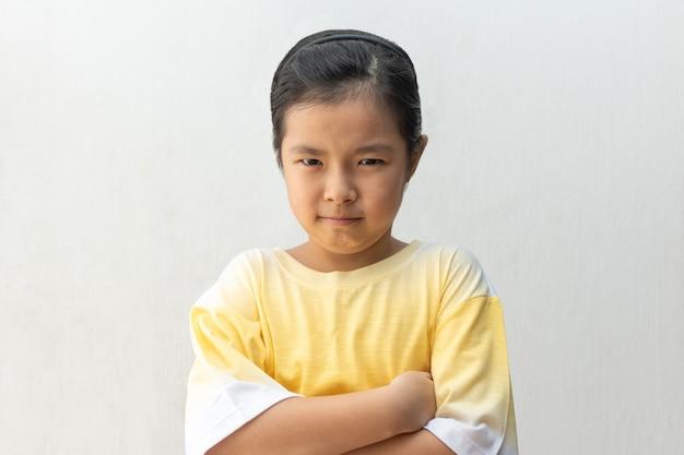 Menina asiática infeliz ou ofendida, isolada no branco. Foto Premium