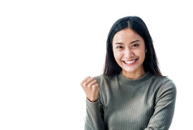 Menina asiática sorrindo fundo branco bonito e feliz Foto Premium