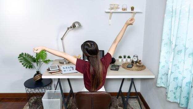 Menina asiática trabalhando remotamente em casa Foto Premium