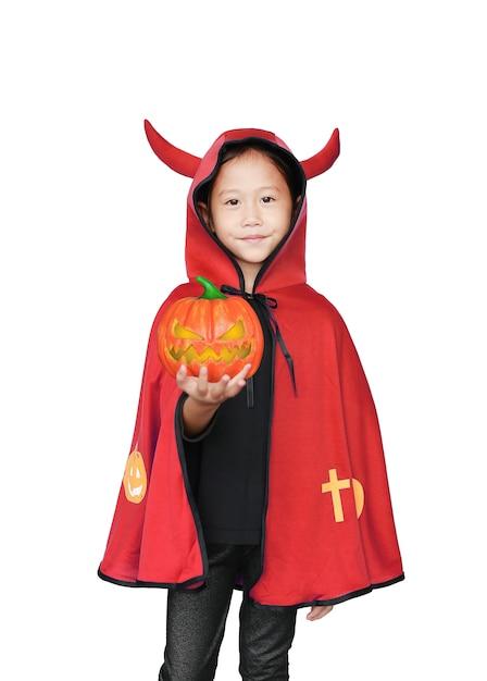 Menina asiática vestida em traje de halloween, segurando a abóbora mágica na mão Foto Premium