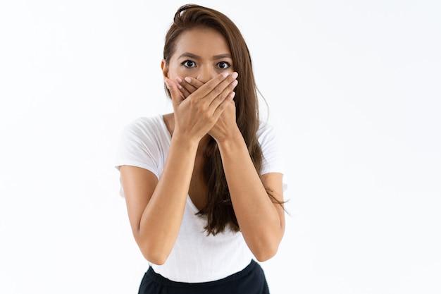 Menina assustada chocada por notícias Foto gratuita