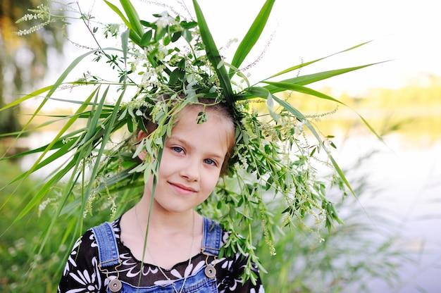 Menina bebê, em, um, grinalda, de, wildflowers Foto Premium