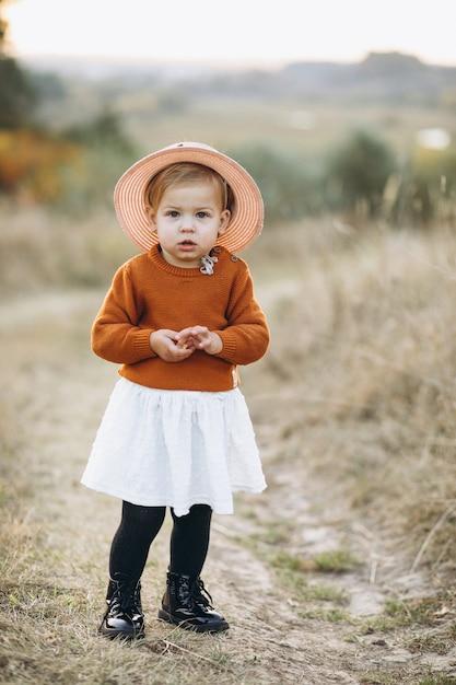 Menina bebê fofo fora no parque, tempo de outono Foto gratuita