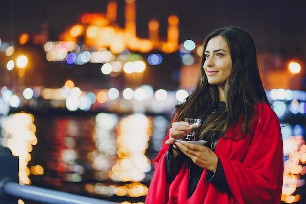 Menina bebendo chá em istambul Foto gratuita
