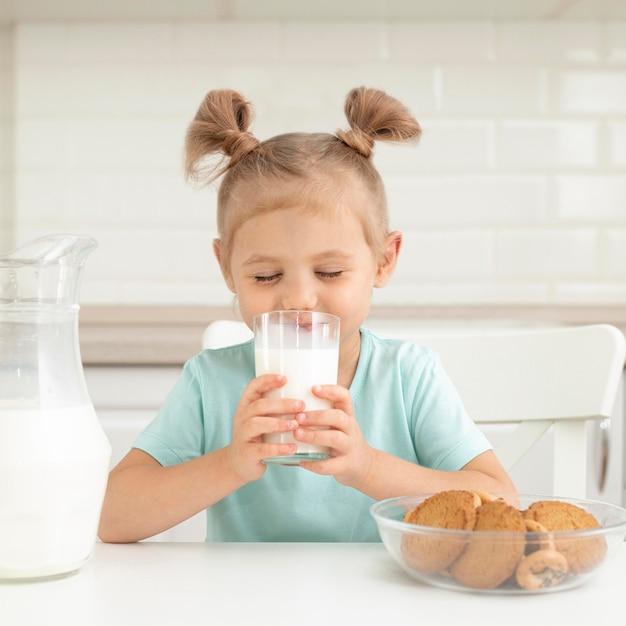 Menina bebendo leite Foto Premium