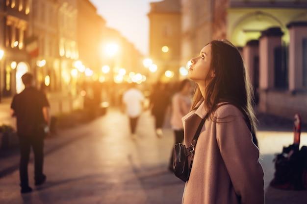 Menina bonita à noite na rua Foto gratuita