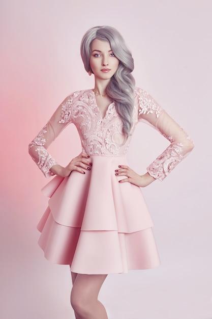 Menina bonita anime boneca no vestido rosa Foto Premium