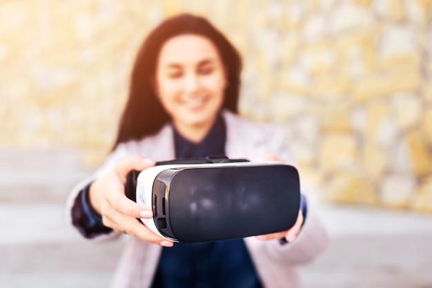 Menina bonita ao ar livre desfrutando de óculos de realidade virtual Foto Premium
