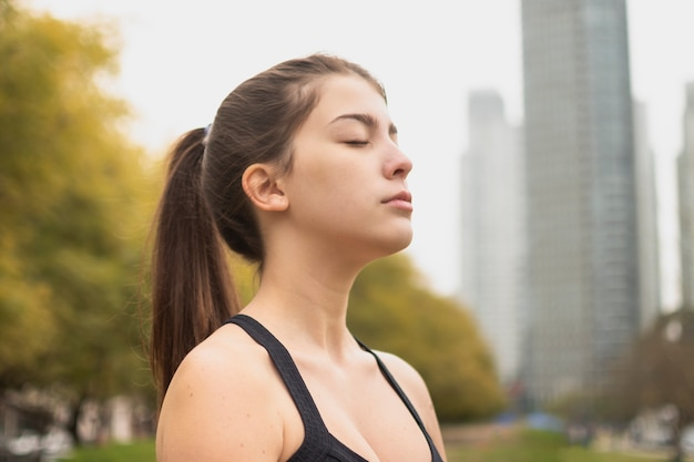 Menina bonita close-up meditando Foto gratuita