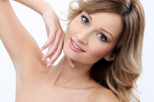Menina bonita com a pele limpa e perfeita Foto gratuita