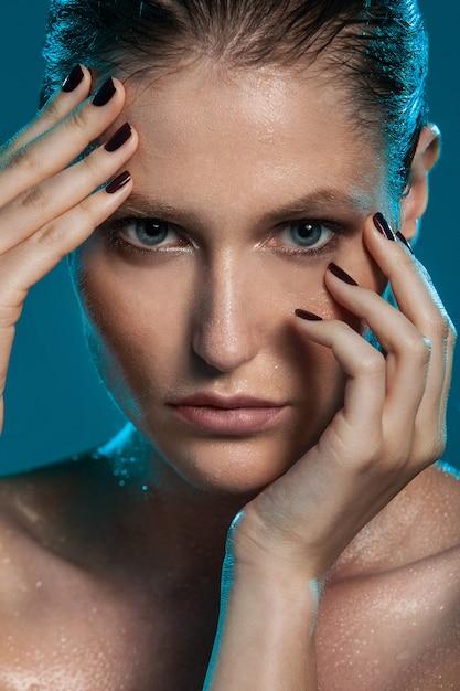 Menina bonita com a pele molhada Foto gratuita