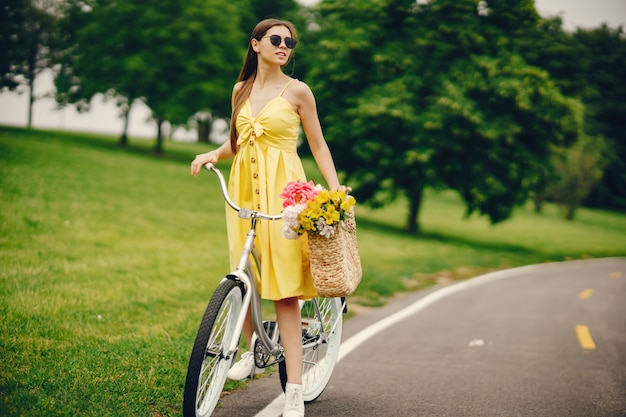 Menina bonita com bicicleta Foto gratuita
