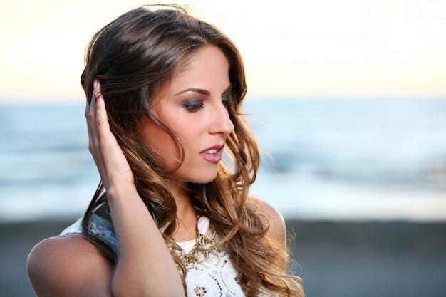 Menina bonita com cabelo castanho Foto gratuita